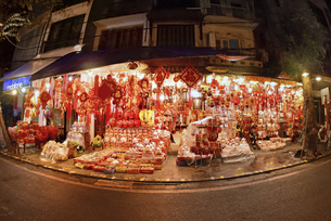 正月飾りの専門店街きらびやかな旧市街ハン・マー通りの写真素材 [FYI04633875]