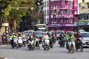 ハノイのバイク通勤事情の写真素材 [FYI04633876]