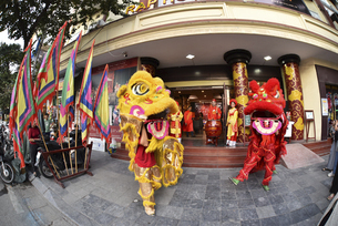 ベトナムハノイの伝統獅子舞の写真素材 [FYI04633878]