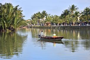 のどかなホイアン朝トゥボン川の岸辺の写真素材 [FYI04633880]