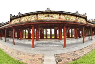 フエ グエン朝王宮彩色鮮やかな回廊の写真素材 [FYI04633891]
