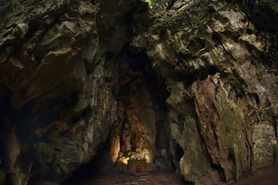 パワースポット五行山フィエンコ洞窟入口の祭壇の写真素材 [FYI04633898]