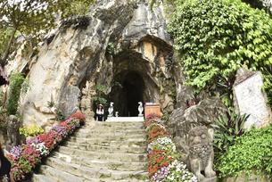 五行山マーブルマウンテン入口のトンネルの写真素材 [FYI04633912]