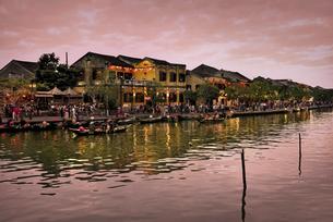 夕暮れに染まるホイアン旧市街のトゥボン川の岸辺とボートの写真素材 [FYI04633915]
