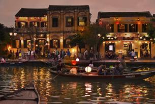 ホイアン旧市街の夕景トゥボン川の岸辺の写真素材 [FYI04633916]
