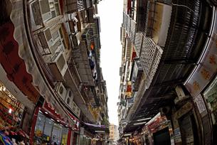 タ聖アントニオ地区の裏路地 アパートと古い商店街の写真素材 [FYI04633919]