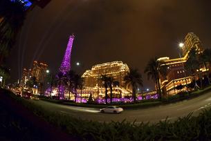 マカオ カジノ街のきらめく夜景の写真素材 [FYI04633943]
