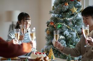 クリスマスパーティーで乾杯をする若者の写真素材 [FYI04633963]