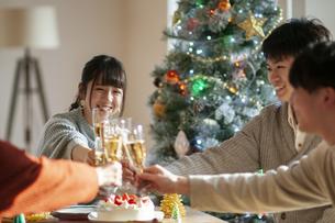 クリスマスパーティーで乾杯をする若者の写真素材 [FYI04633964]