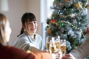 クリスマスパーティーで乾杯をする若者の写真素材 [FYI04633965]