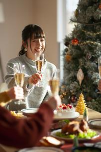クリスマスパーティーで乾杯をする若者の写真素材 [FYI04633966]