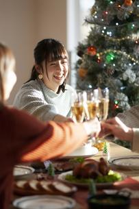 クリスマスパーティーで乾杯をする若者の写真素材 [FYI04633967]
