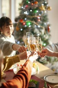 クリスマスパーティーで乾杯をする若者の写真素材 [FYI04633968]