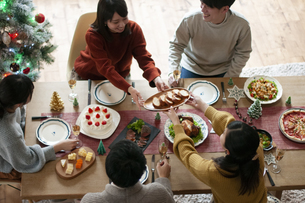 クリスマスパーティーをする若者の写真素材 [FYI04633970]