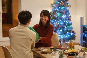 クリスマスプレゼントを渡す男性の写真素材 [FYI04633984]