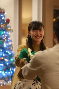 クリスマスプレゼントを渡す女性の写真素材 [FYI04633985]
