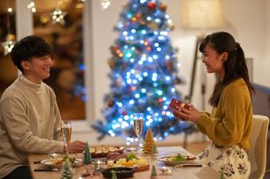 クリスマスプレゼントをもらう女性の写真素材 [FYI04633989]