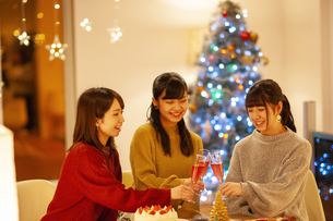 クリスマスパーティーで乾杯をする若者の写真素材 [FYI04633996]
