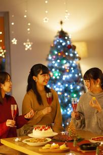 クリスマスパーティーを楽しむ若者の写真素材 [FYI04633999]