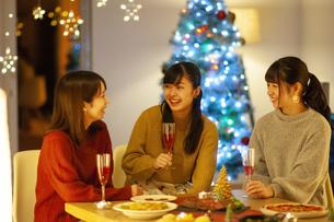 クリスマスパーティーを楽しむ若者の写真素材 [FYI04634000]
