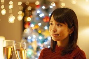 乾杯をする女性の写真素材 [FYI04634007]