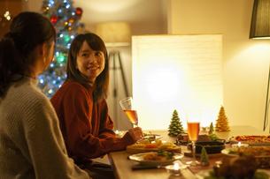 クリスマスパーティーを楽しむ女性の写真素材 [FYI04634010]