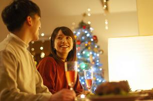 クリスマスディナーを楽しむ女性の写真素材 [FYI04634011]