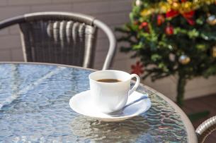 カフェテーブルに置かれたコーヒーの写真素材 [FYI04634015]