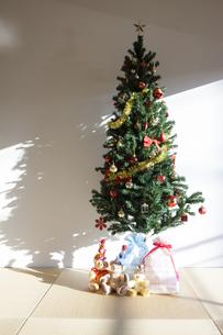 クリスマスの飾りとテディベアの写真素材 [FYI04634022]