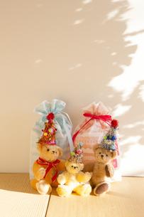 クリスマスプレゼントとテディベアの写真素材 [FYI04634023]