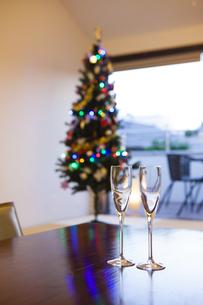 クリスマスツリーとシャンパンの写真素材 [FYI04634030]