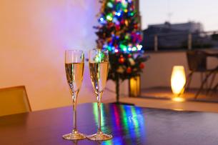 クリスマスツリーとシャンパンの写真素材 [FYI04634033]