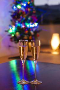 クリスマスツリーとシャンパンの写真素材 [FYI04634034]