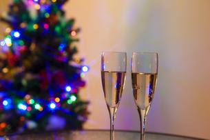 クリスマスツリーとシャンパンの写真素材 [FYI04634036]