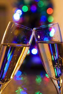 クリスマスツリーとシャンパンの写真素材 [FYI04634040]
