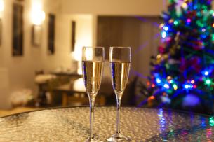 クリスマスツリーとシャンパンの写真素材 [FYI04634042]