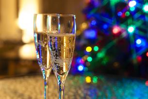 クリスマスツリーとシャンパンの写真素材 [FYI04634043]