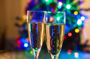 クリスマスツリーとシャンパンの写真素材 [FYI04634044]