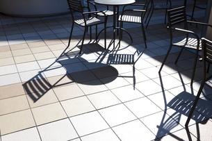 カフェのテーブルとイスの写真素材 [FYI04634048]