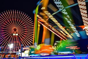 夜の遊園地の写真素材 [FYI04634275]
