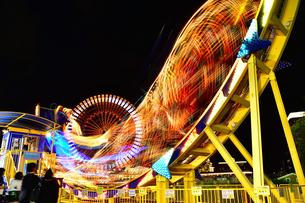 夜の遊園地の写真素材 [FYI04634276]