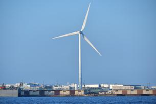 横浜港の風力発電所の写真素材 [FYI04634309]