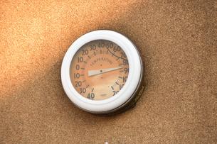 壁に掛けられた温度計の写真素材 [FYI04634343]