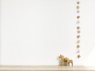 クリスマスケーキとクリスマスの装飾の写真素材 [FYI04634392]