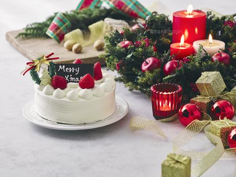 クリスマスケーキとクリスマスの装飾の写真素材 [FYI04634405]