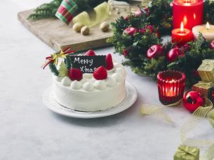 クリスマスケーキとクリスマスの装飾の写真素材 [FYI04634411]