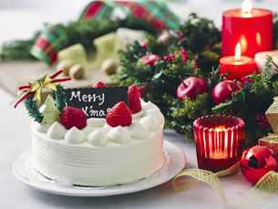 クリスマスケーキとクリスマスの装飾の写真素材 [FYI04634413]