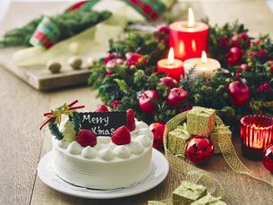 クリスマスケーキとクリスマスの装飾の写真素材 [FYI04634415]