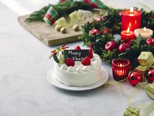 クリスマスケーキとクリスマスの装飾の写真素材 [FYI04634417]