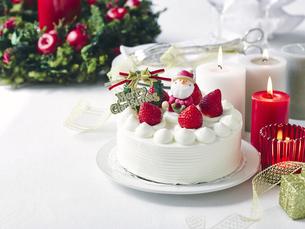 クリスマスケーキとクリスマスの装飾の写真素材 [FYI04634426]